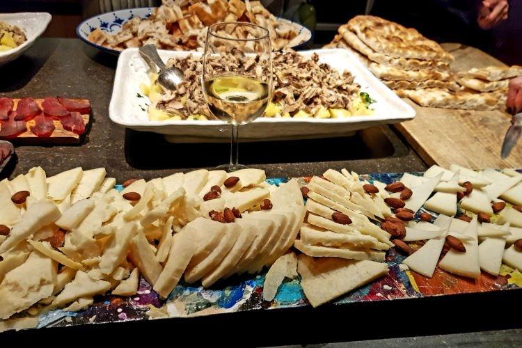 Spaanse delicatessen kaas tonijn brood